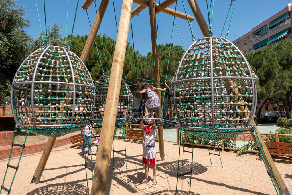 Jocs infantils a plaça de l'Olivera (Casablanca)